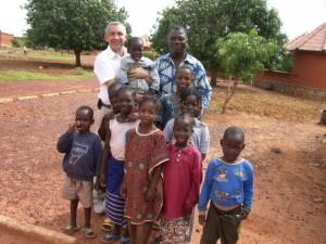 Dans un village d'orphelin, avec mon copain dans les bras (adoption mutuelle instantanée !)...