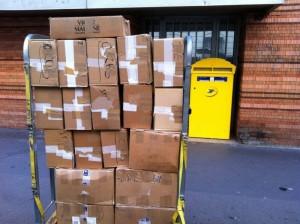 Envoi de livres aux associations : la pile est plus haute que moi ! :-)